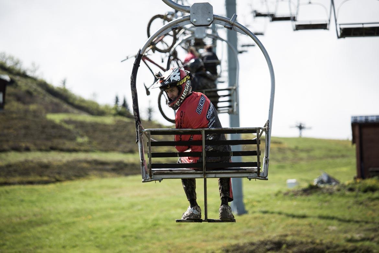 MET Parachute MCR mips Enduro, Trail and E-MTB Helmet Magnetic Chinbar Release
